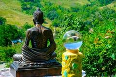 Boule transparente en verre sur la vue arrière de la statue de Bouddha Photos libres de droits