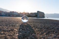 Boule transparente en verre sur le fond de mer et photographie stock libre de droits