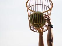 Boule vers le bas dans le panier des concours de boule de chaise image stock