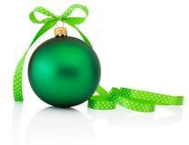 Boule verte de Noël avec l'arc de ruban d'isolement sur le blanc Image stock