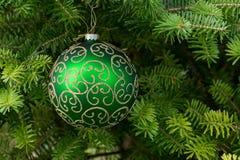 Boule verte de Noël sur l'arbre de Noël images libres de droits