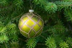 Boule verte de Noël sur l'arbre de Noël image stock