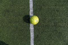 Boule verte sur un terrain de football vert Le football de rue Photo d'été du minifootball photos libres de droits