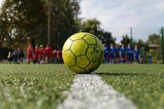 Boule verte sur un terrain de football vert Le football de rue Photo d'été du minifootball photographie stock libre de droits