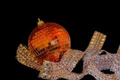Boules éclatantes de Noël sur un fond noir Photos stock