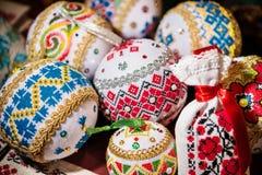 Boules avec brodé pour décorer l'arbre de Noël Image stock