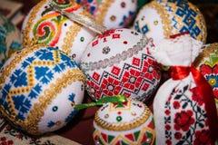 Boules avec brodé pour décorer l'arbre de Noël Photographie stock libre de droits