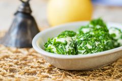 Boules blanches de fromage avec la ciboulette verte, pomme, cloche Photos stock