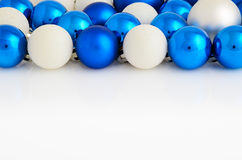 Boules blanches et bleues de Noël sur le fond blanc horizontal Images libres de droits