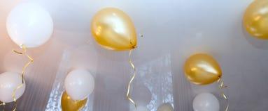 Boules blanches et jaunes dans la chambre, fond Photo libre de droits