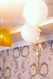 Boules blanches et jaunes dans la chambre, fond Photos stock