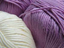 Boules blanches et lilas de fils de coton Image stock