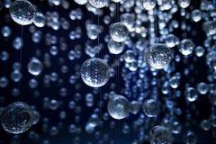 Boules bleues abstraites de verre cristal, fond luxe Photos stock