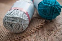 boules bleues de laine sur le fond en bois de table Photographie stock