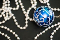 Boules bleues de Noël de nouvelle année de décorations de Noël Images libres de droits