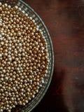 Boules brillantes d'or peut être employé pour la publicité ou des cosmétiques, bijoux et pour la médecine abrégez le fond photo stock