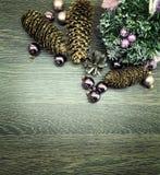 Boules, cônes et ornements de Noël Images libres de droits