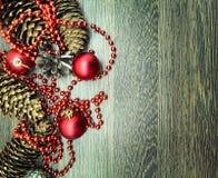 Boules, cônes et ornements de Noël Images stock