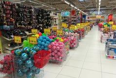 Boules colorées au magasin enorme photos stock