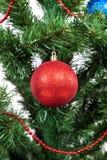 Boules colorées décorées d'arbre de Noël Photo stock