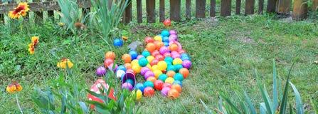Boules colorées dans l'herbe Photographie stock libre de droits