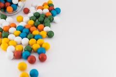 Boules colorées de bateau dispersées sur le fond blanc Image stock