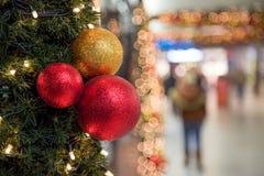 Boules colorées de décoration de célébration de Noël sur l'arbre Images stock