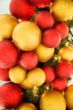 Boules colorées de décoration de célébration de Noël sur l'arbre Photo stock