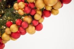 Boules colorées de décoration de célébration de Noël sur l'arbre Photos stock