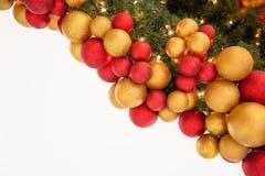 Boules colorées de décoration de célébration de Noël sur l'arbre Images libres de droits