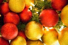 Boules colorées de décoration de célébration de Noël sur l'arbre Photographie stock libre de droits
