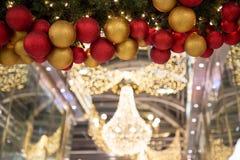 Boules colorées de décoration de célébration de Noël sur l'arbre Photos libres de droits