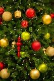 Boules colorées de décoration de célébration de Noël sur l'arbre Image stock