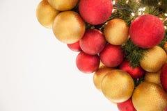 Boules colorées de décoration de célébration de Noël sur l'arbre Photo libre de droits