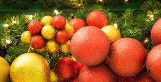 Boules colorées de décoration de célébration de Noël sur l'arbre Image libre de droits
