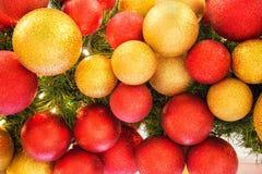 Boules colorées de décoration de célébration de Noël sur l'arbre Photographie stock
