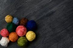 Boules colorées de fil sur le fond en bois Image libre de droits