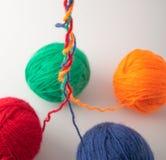 Boules colorées de knit de laine placées sur a image stock