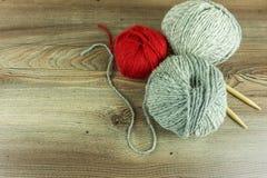 Boules colorées de laine avec des aiguilles Image stock