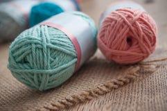 Boules colorées de laine sur le fond en bois de table Image stock