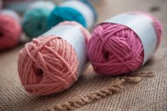 Boules colorées de laine sur le fond en bois de table Images stock