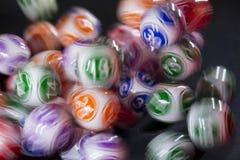 Boules colorées de loterie dans une machine Images stock