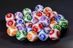 Boules colorées de loterie dans une machine Photographie stock libre de droits