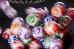 Boules colorées de loterie dans une machine Photos libres de droits