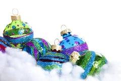 Boules colorées de Noël de scintillement au-dessus du fond blanc Photographie stock
