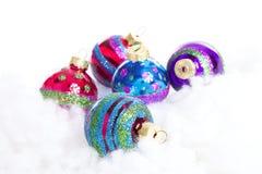 Boules colorées de Noël de scintillement au-dessus du fond blanc Images stock