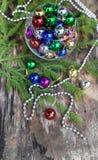 Boules colorées de Noël sur le fond en bois Photos stock