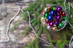 Boules colorées de Noël sur le fond en bois Images stock