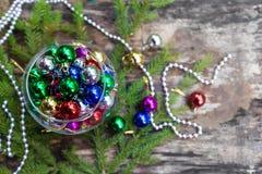 Boules colorées de Noël sur le fond en bois Photos libres de droits