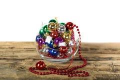 Boules colorées de Noël sur le fond en bois Photographie stock